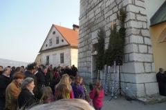 Farno cerkev krasijo kar dve butari iz soseske Dob